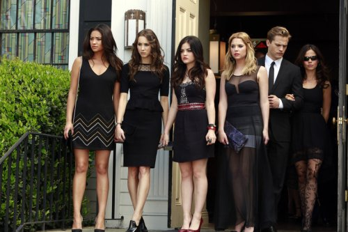 But if trying to make a fashion statement at the funeral was the little  liars (and Jenna's) ultimate goal, then all of them failed.